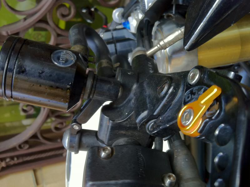 brake resevoir brackets??-img_0755-1-.jpg